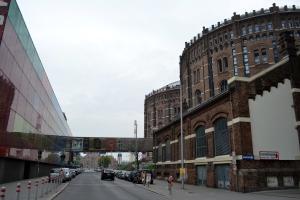 La vista di Gasometer City con la passerella che collega i gasometri al cinema